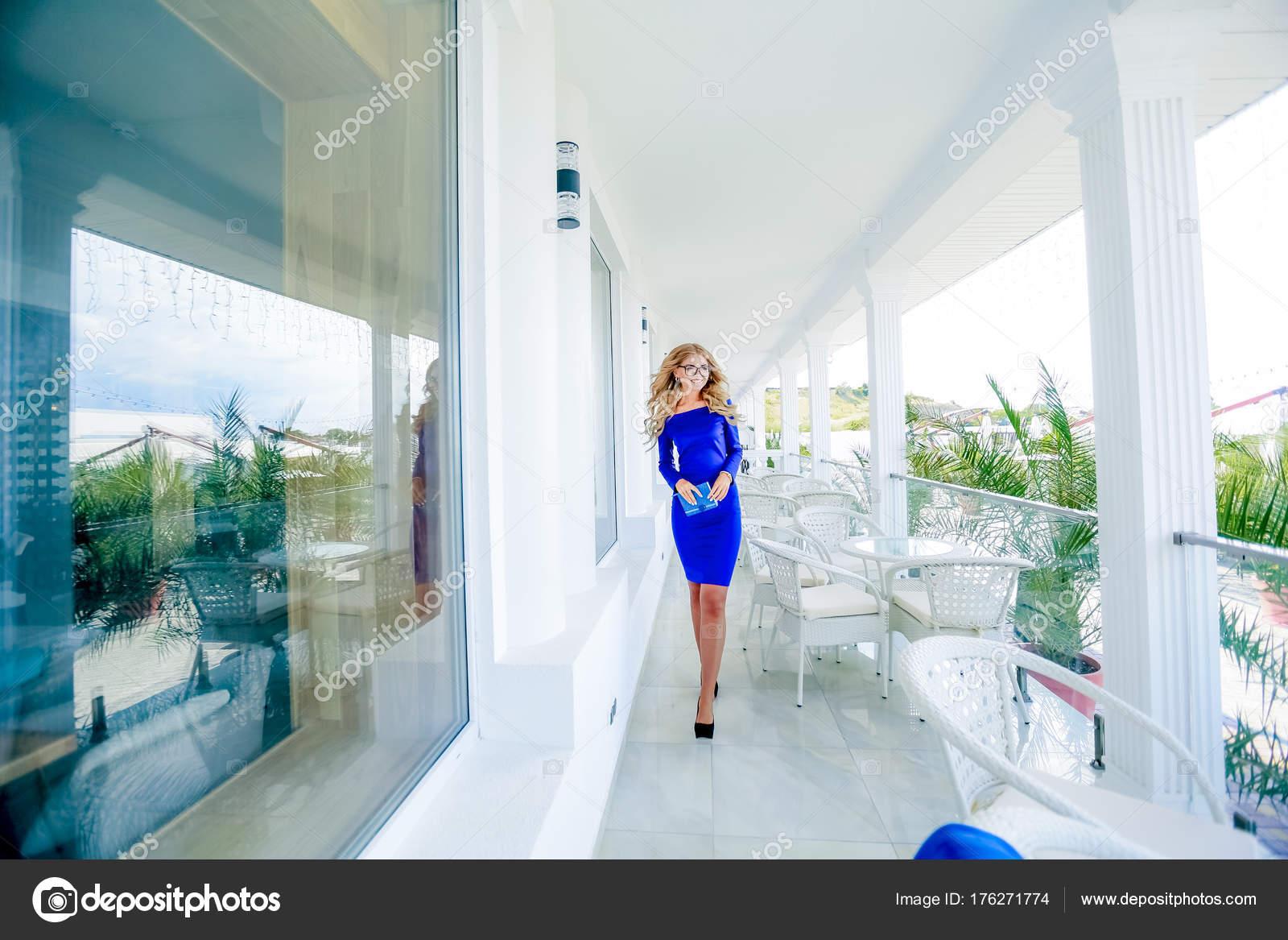 Atractivo Joven Vestido Azul Caminar Blanca Terraza Edificio