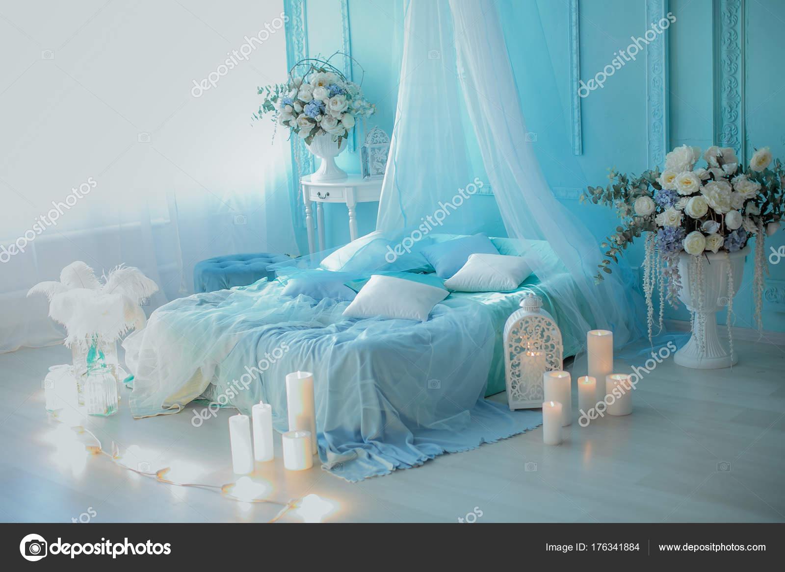 schlafzimmer kerzen, schlafzimmer innenraum mit blumen und dekorativen kerzen — stockfoto, Design ideen