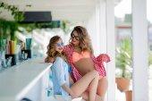 Fotografie zwei schöne Frauen in Sonnenbrille Spaß posiert mit Cocktails