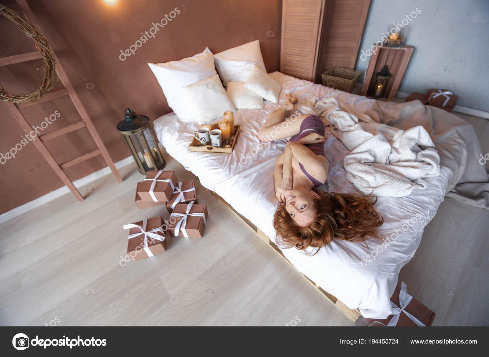 Rothaarige Frau Posiert Auf Gemütlichem Bett Weihnachtlich