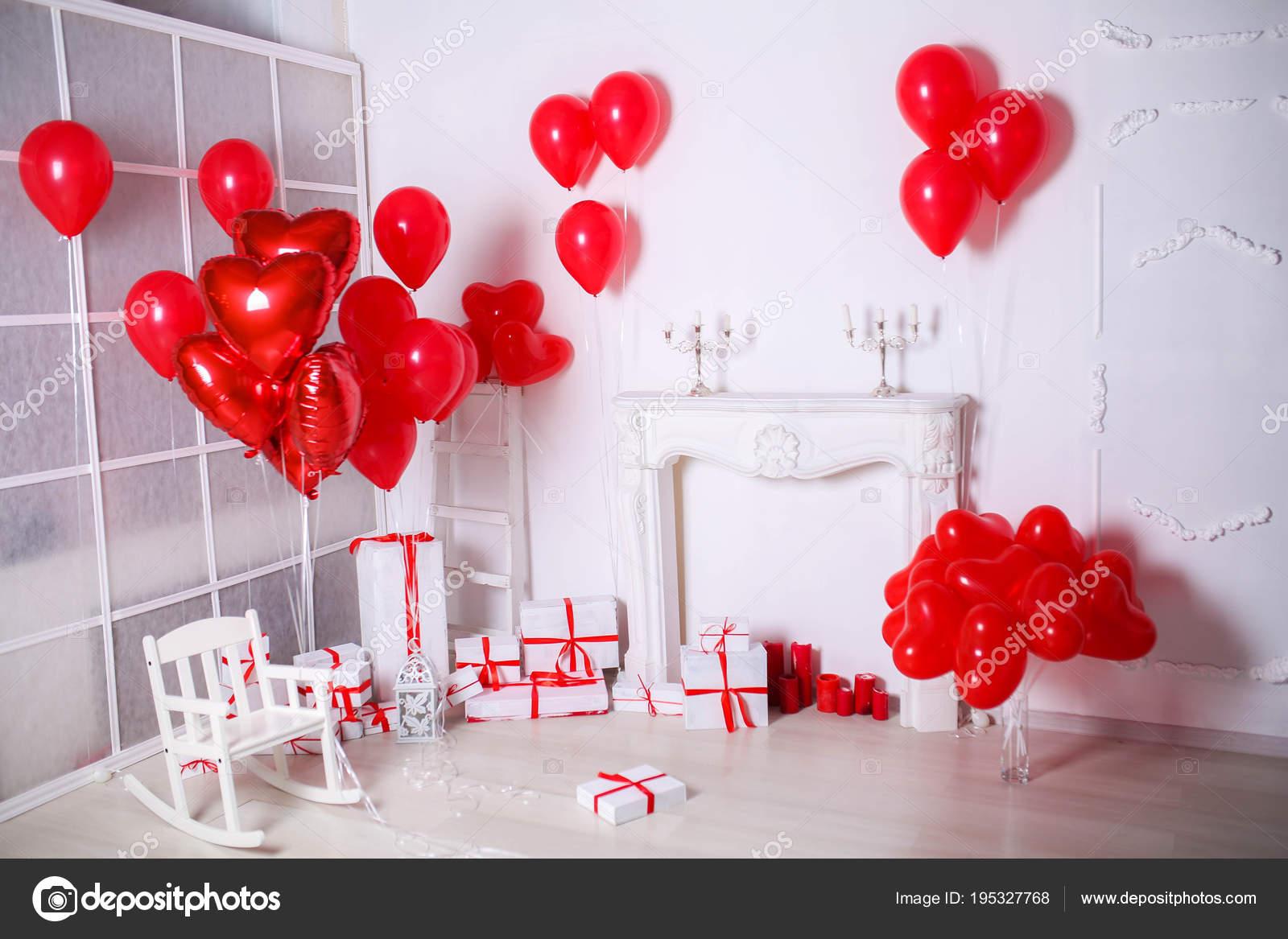 Studio Dekor Mit Geschenk Boxen Und Roten Luftballons Herzform ...