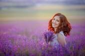 gyönyörű nő pózol a levendula mező