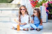 Fotografie zwei süße kleine Mädchen mit Lutschern