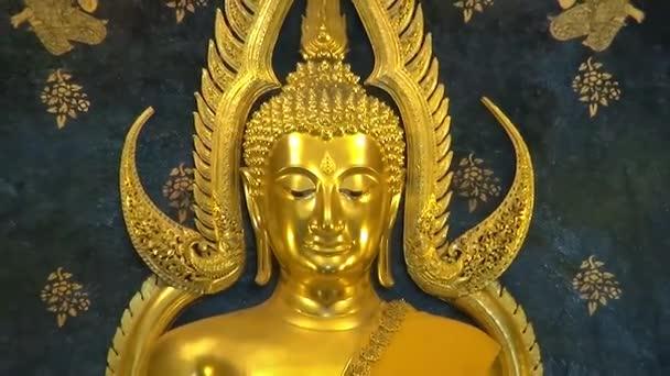 Zlatý Buddha v chrámu