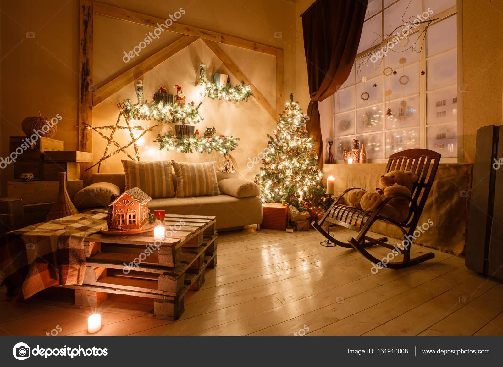 Ruhigen Bild Von Innen Moderne Heimische Wohnzimmer Dekoriert  Weihnachtsbaum Und Geschenke, Sofa, Tisch Mit Decke Bedeckt U2014 Foto Von  MalkovKosta