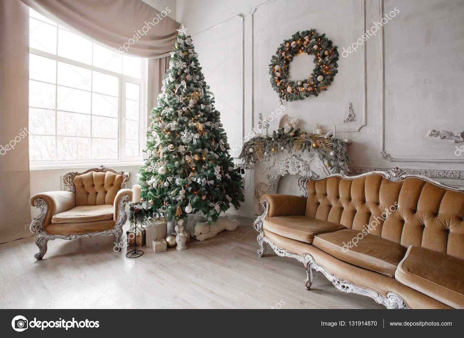 Gaas Het Interieur : Rustig beeld van interieur klassiek new year tree ingericht
