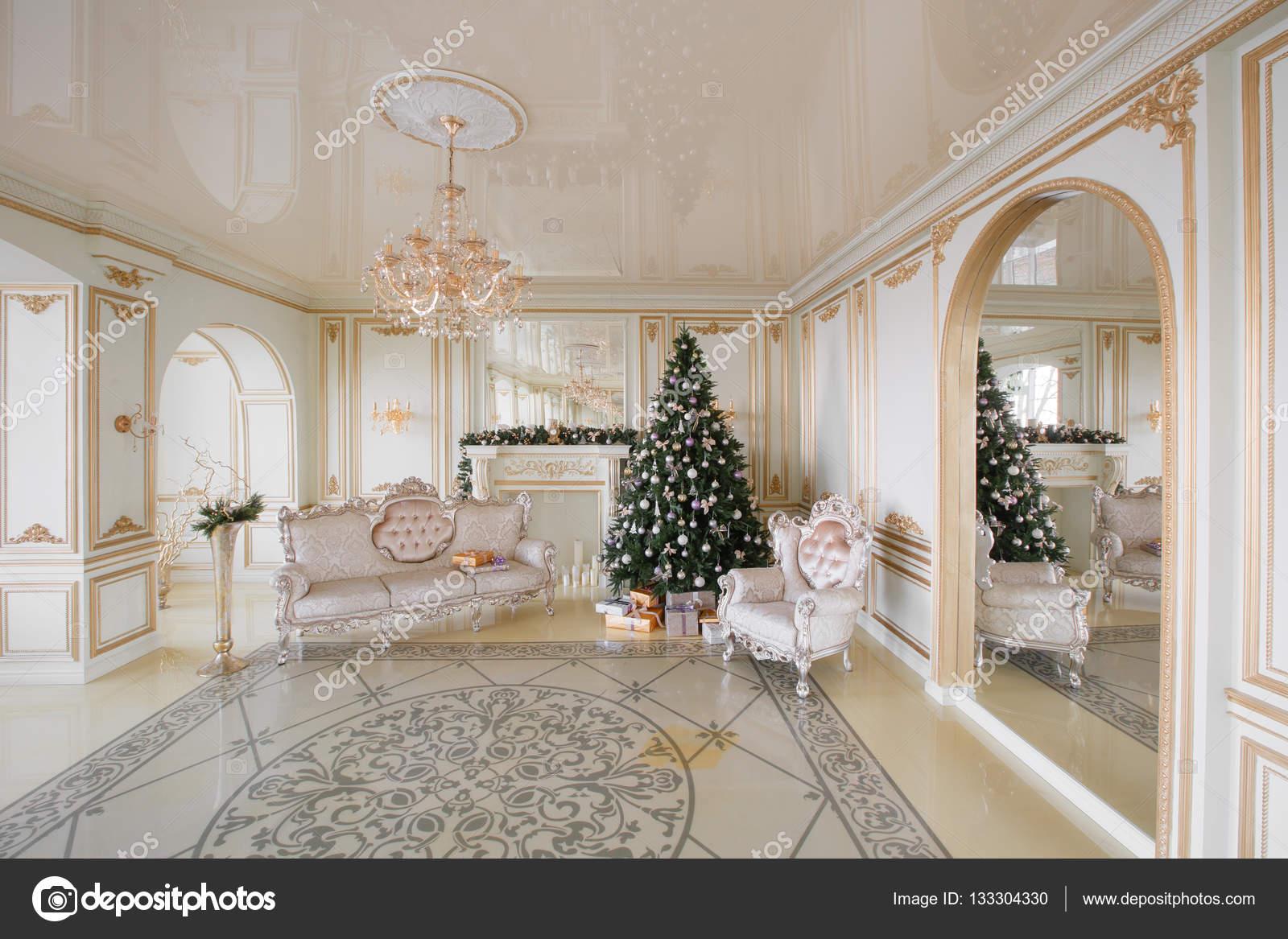 Decorazioni Sala Capodanno : Immagine di calma di interni classico capodanno albero decorato in