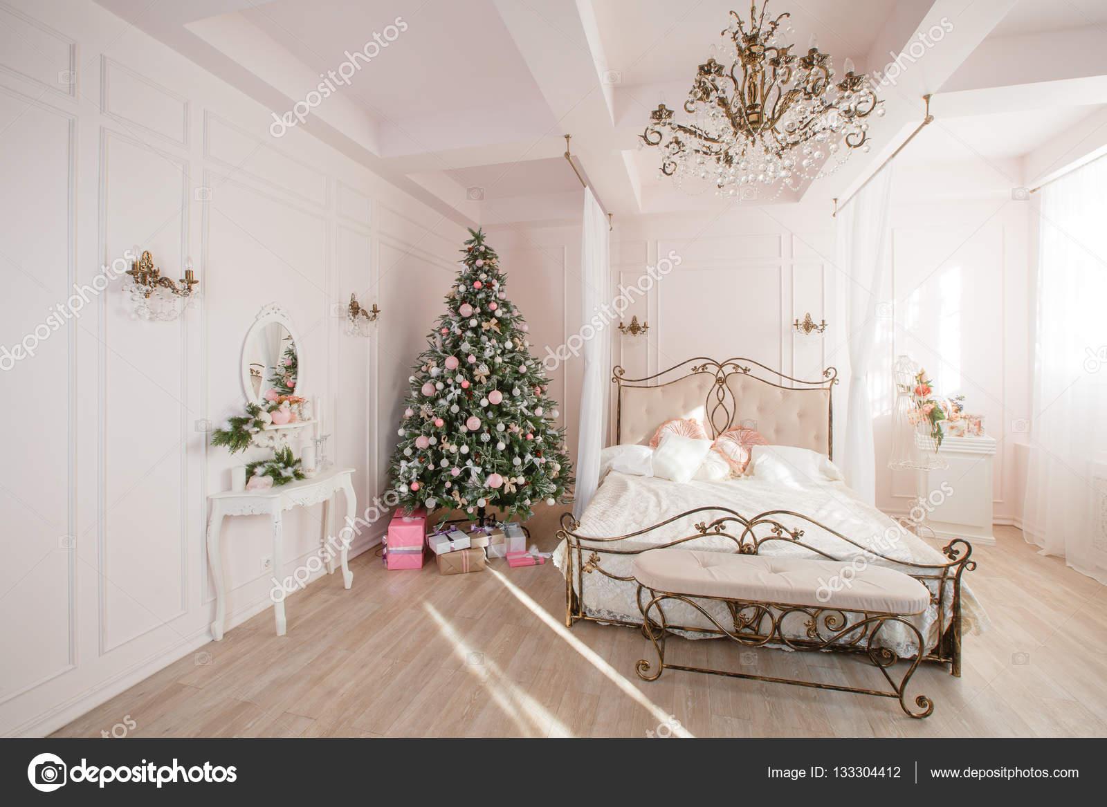 Rustig beeld van interieur klassiek new year tree ingericht in een