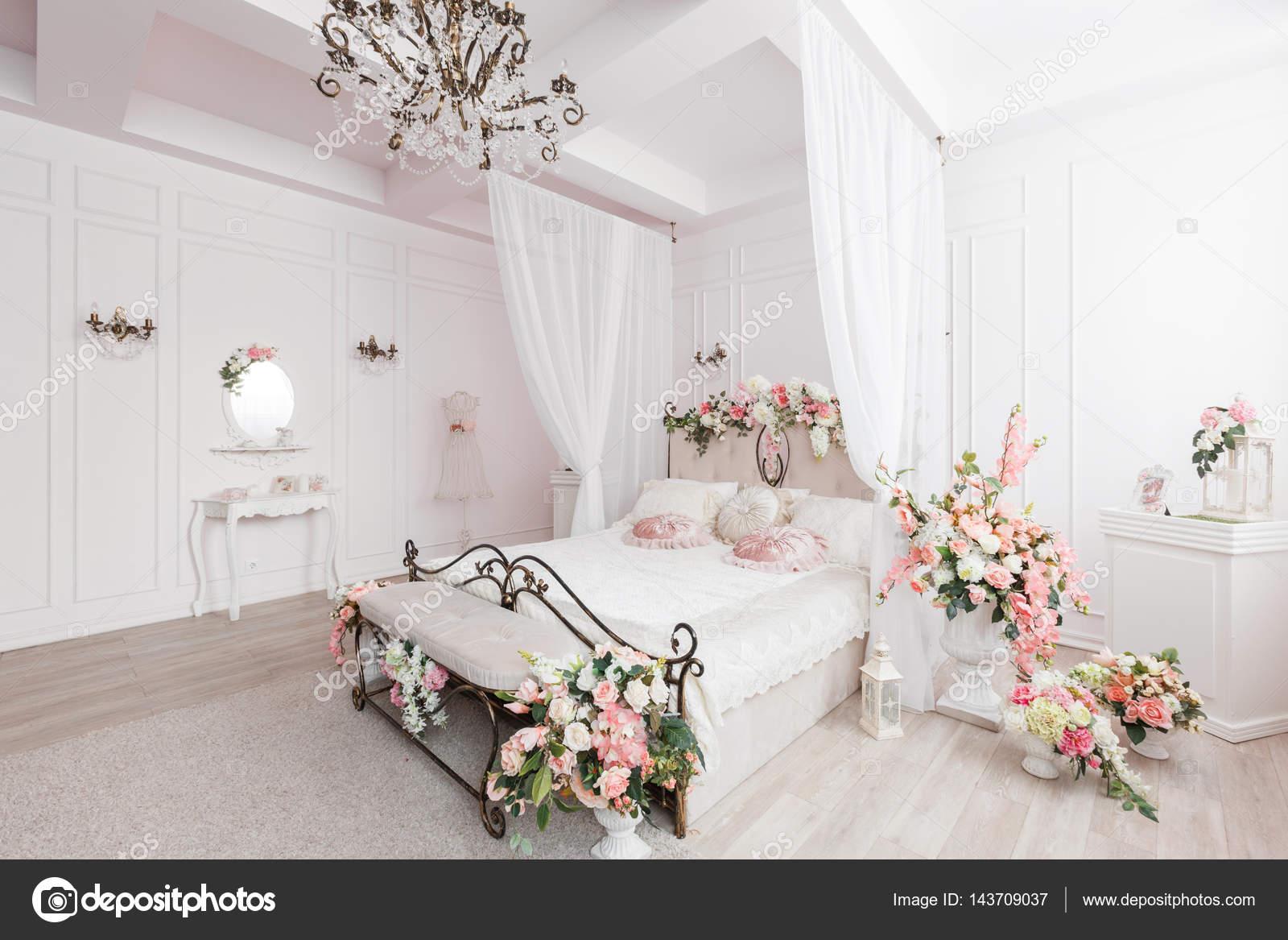 cama de hierro forjado en la sala de luz suave. decoración de la ...