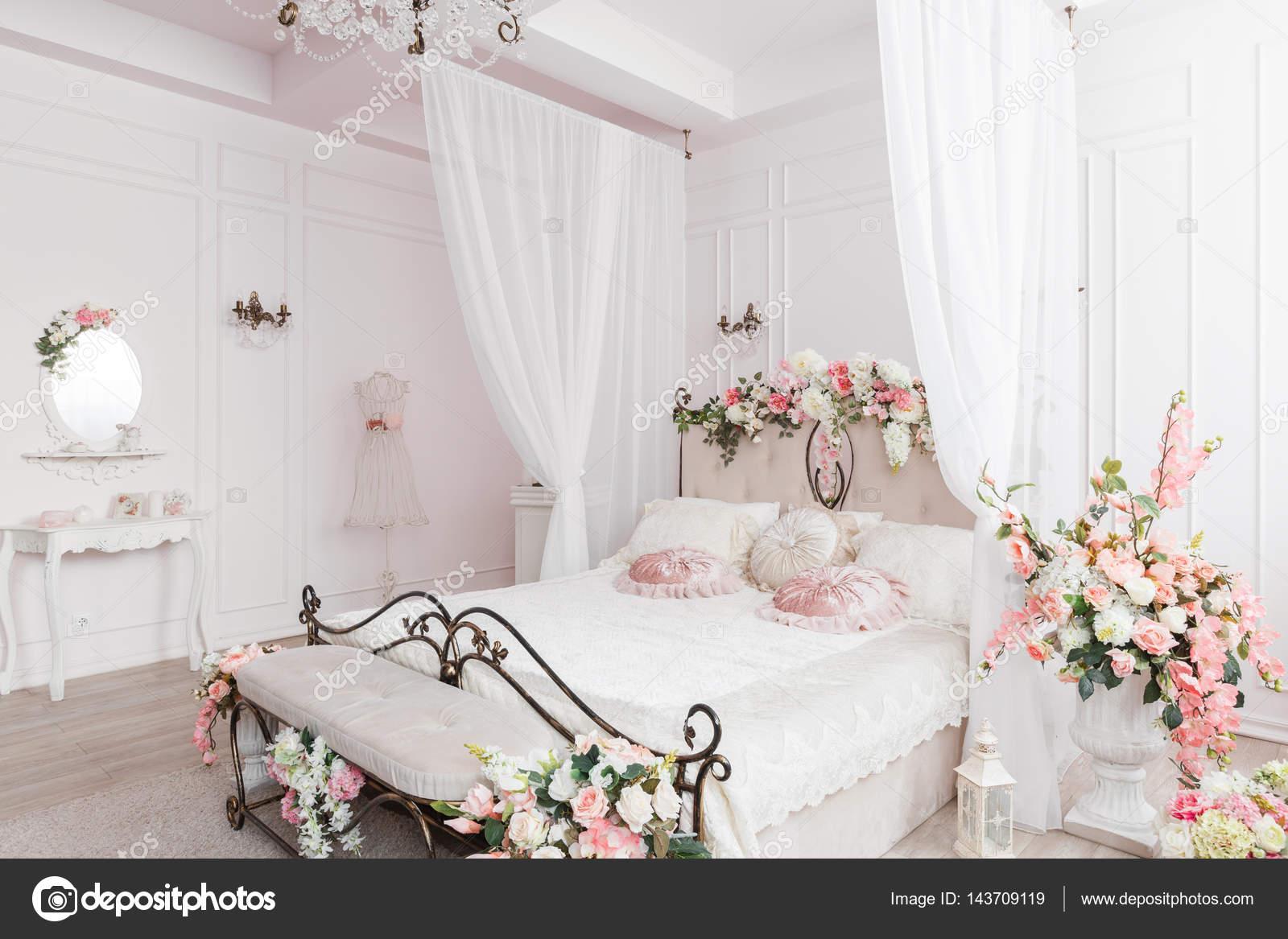 Wrought iron bed in de zachte lichte kamer lente bloemen