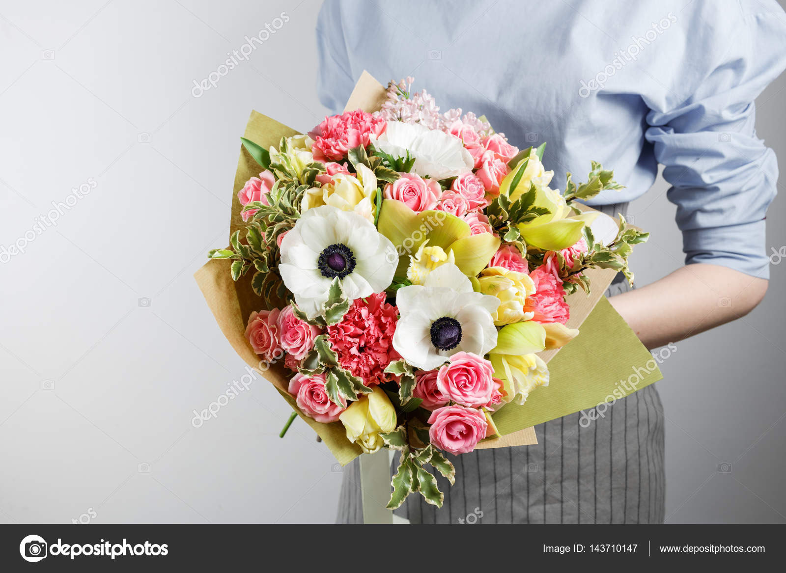Elegant bouquet of carnation orchid roses anemone in hand a cute elegant bouquet of carnation orchid roses anemone in hand a cute soft bouquet of exotic flowers photo by malkovkosta izmirmasajfo