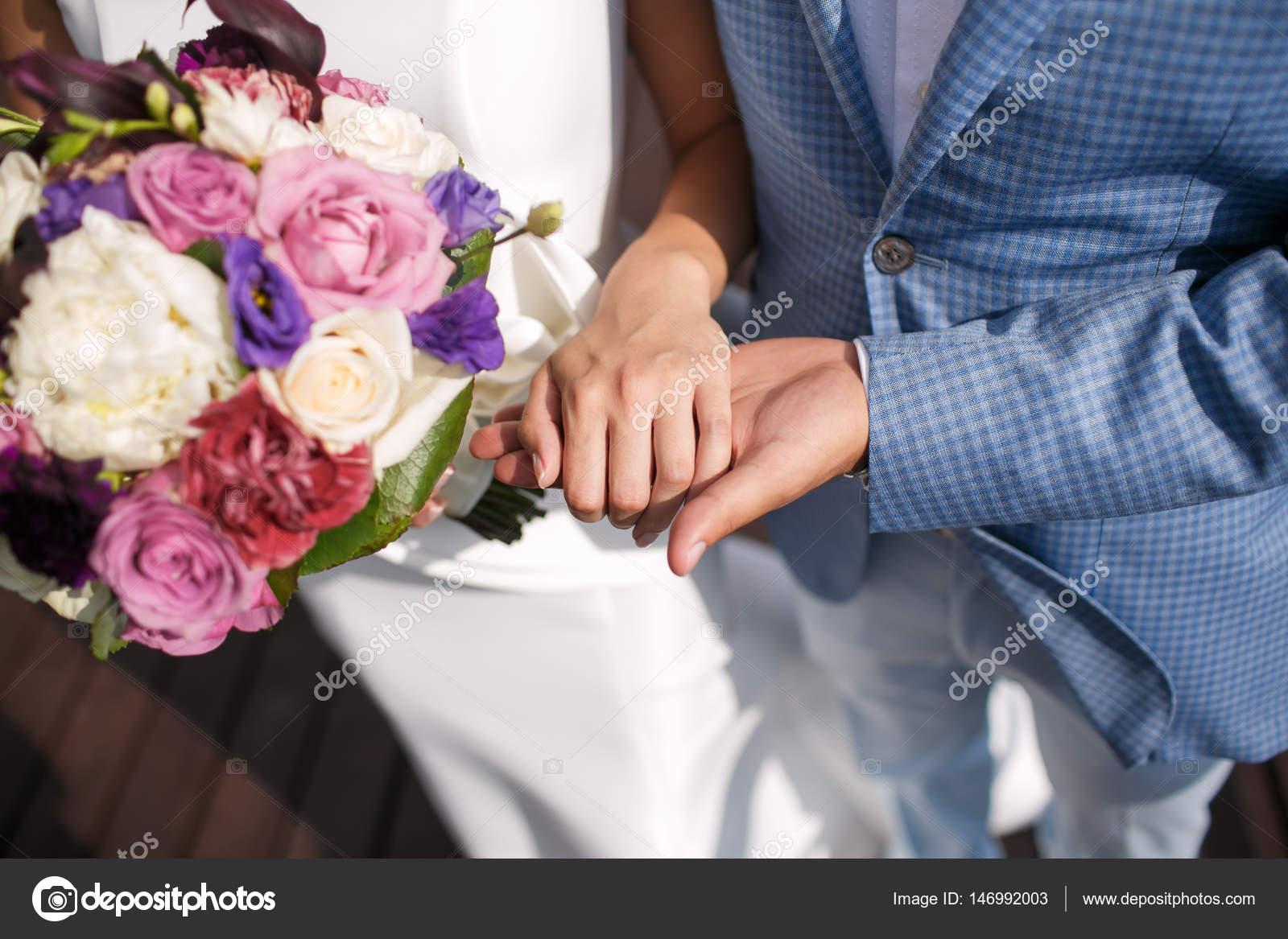 a82d0961c5a8 L uomo lo sposo tiene le ragazze mano. Bouquet da sposa colorati ...