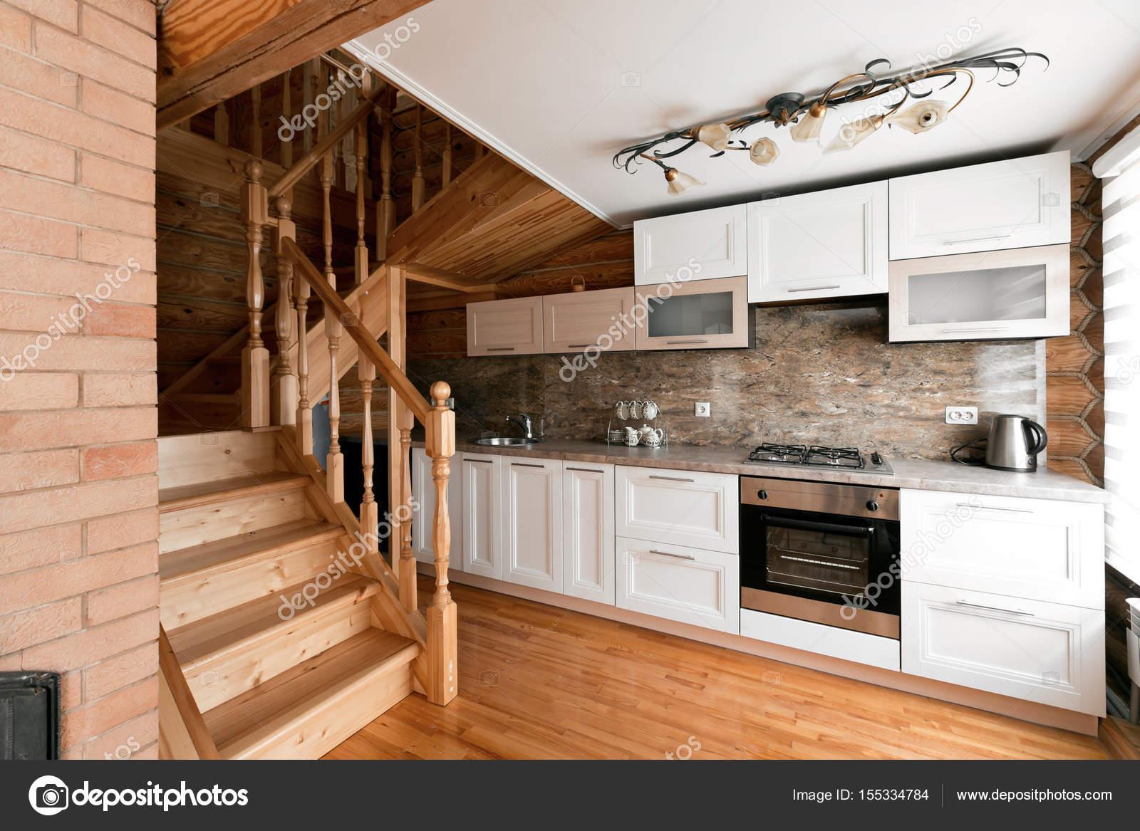 La camera di cucina in una casetta rustica, in montagna. con un ...