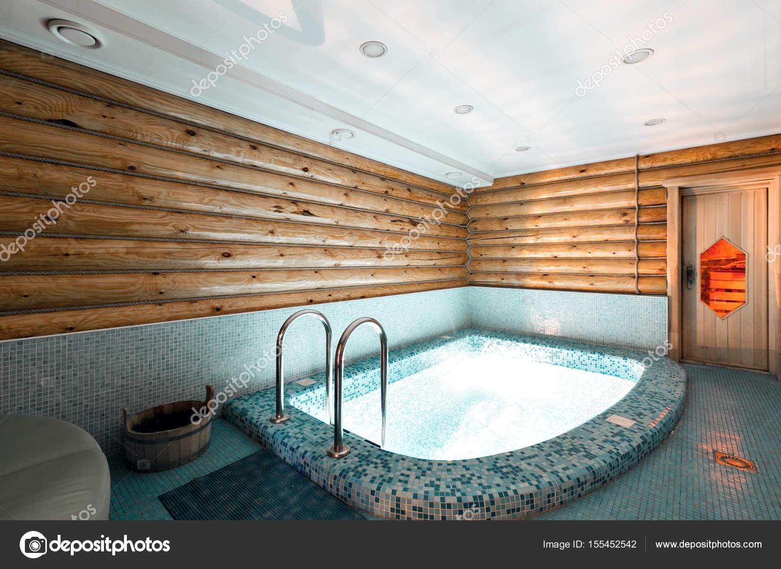 Pool und Sauna in einem rustikalen Blockhaus in den Bergen. mit ...