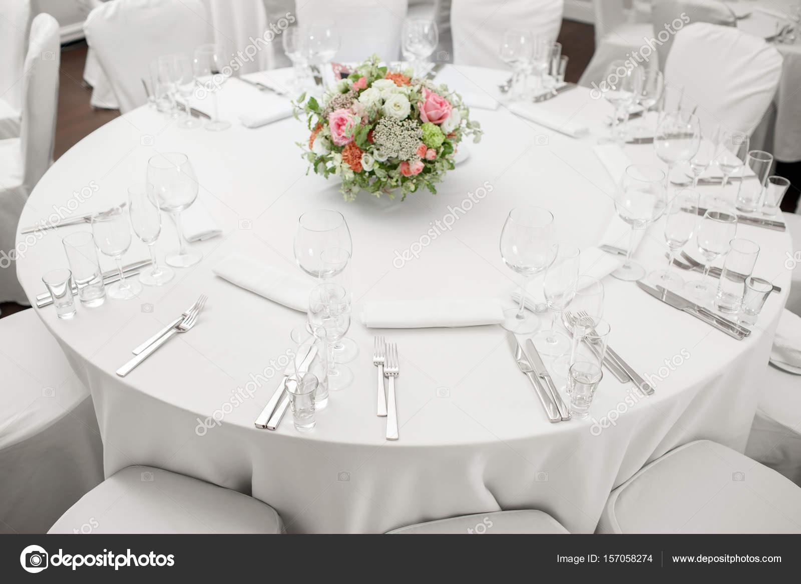 Tavolo Rotondo Ristorante Servito Di Lusso Per Una Cena Di