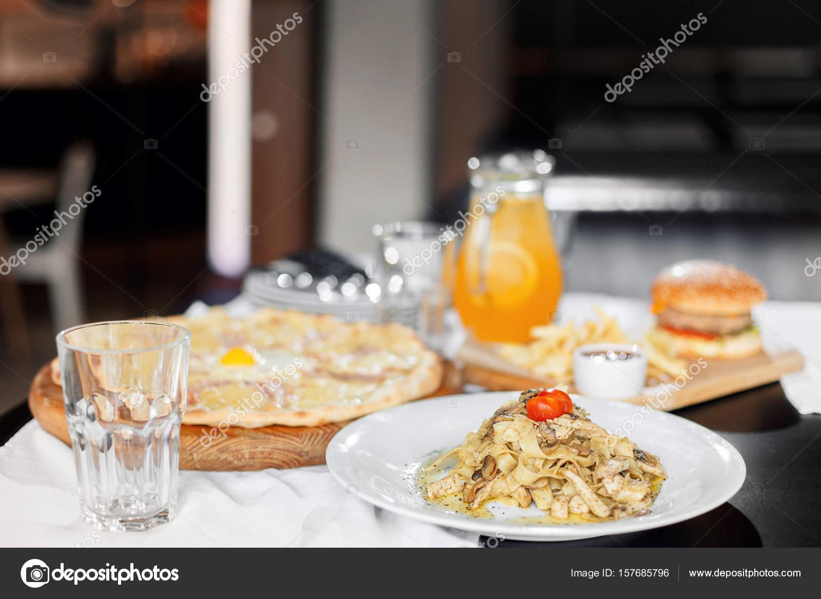 schöne Tabelle der italienische Pasta, Pizza, Burger und Getränke ...
