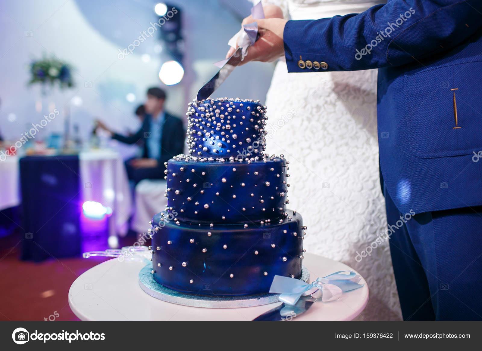 Braut Und Brautigam Schneiden Blaue Hochzeitstorte Stockfoto