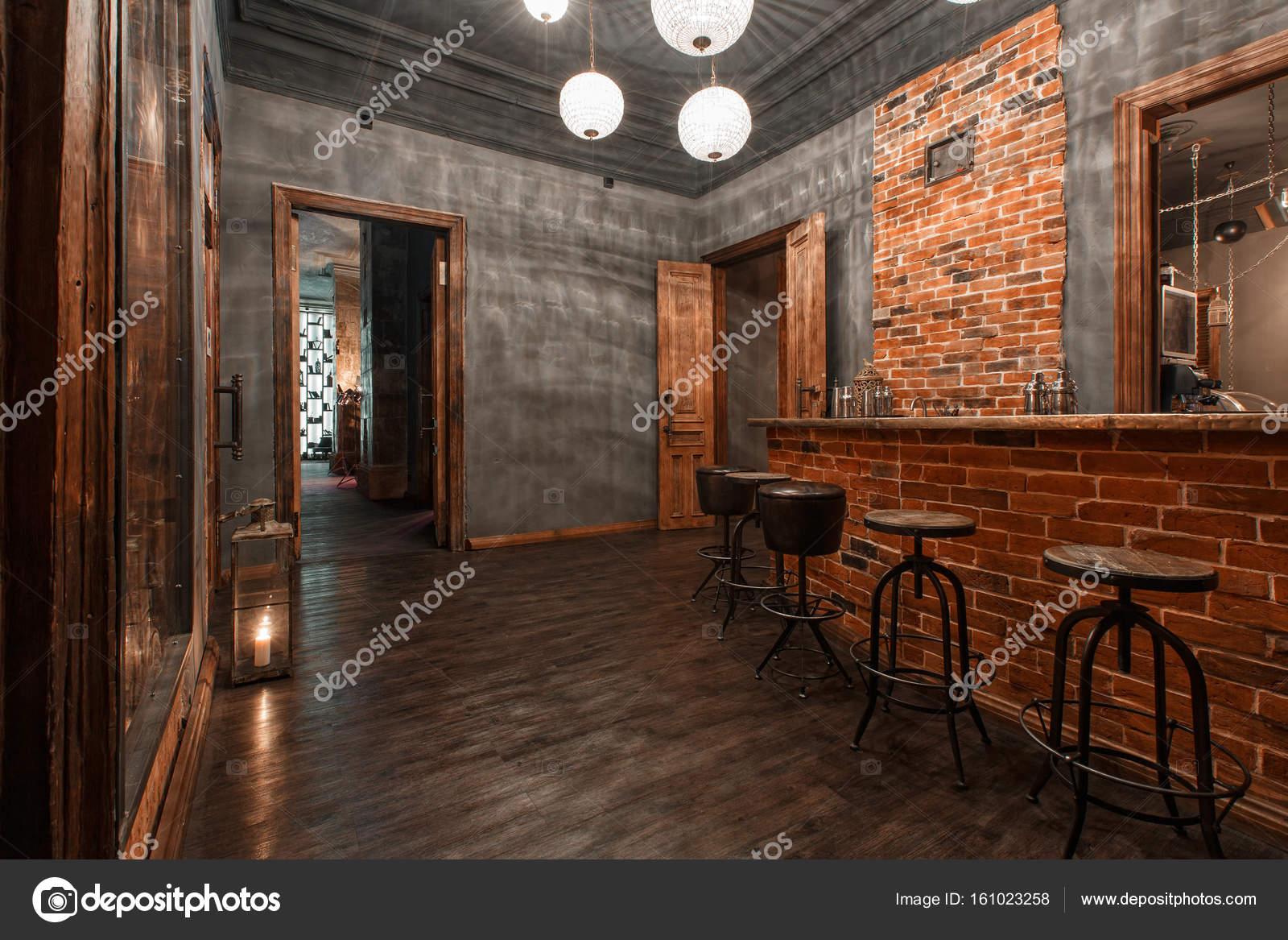 Loft stijl het staal stoelen in bar bij café en restaurant
