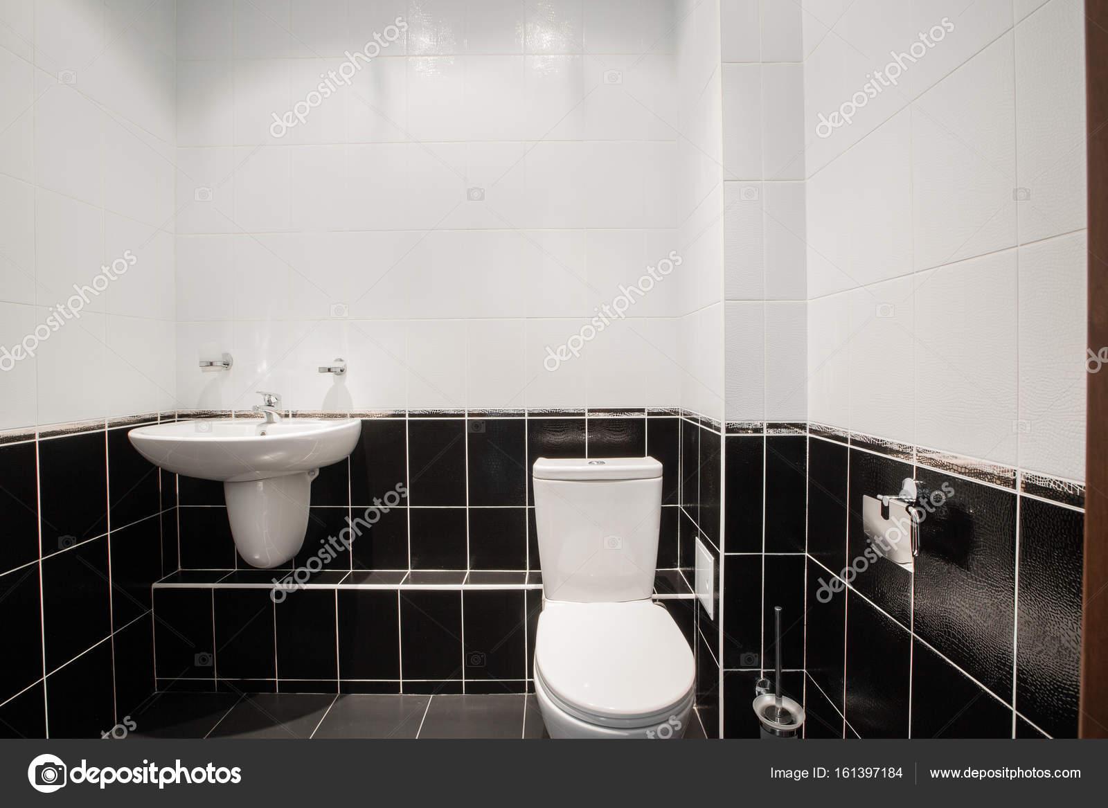 Moderne Luxus-Badezimmer mit Badewanne und Fenster. Interior ...