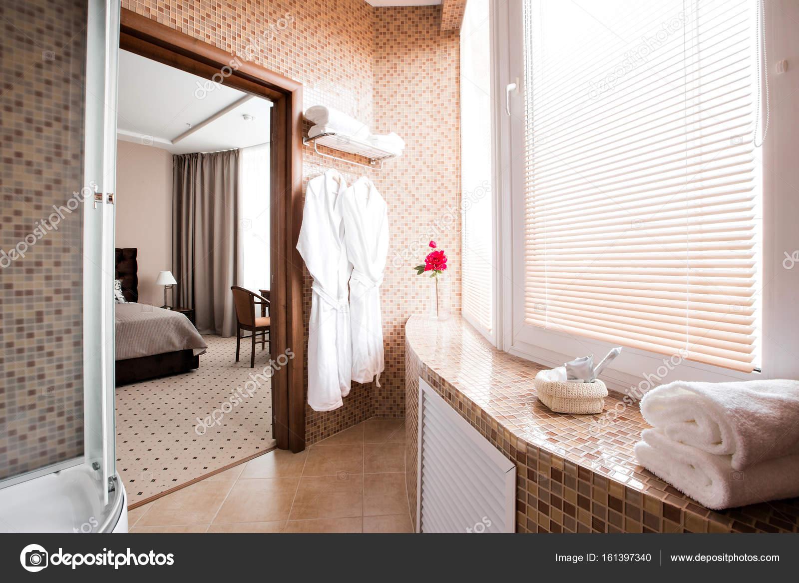 Moderne Luxus-Badezimmer mit Dusche und Fenster. Interior ...