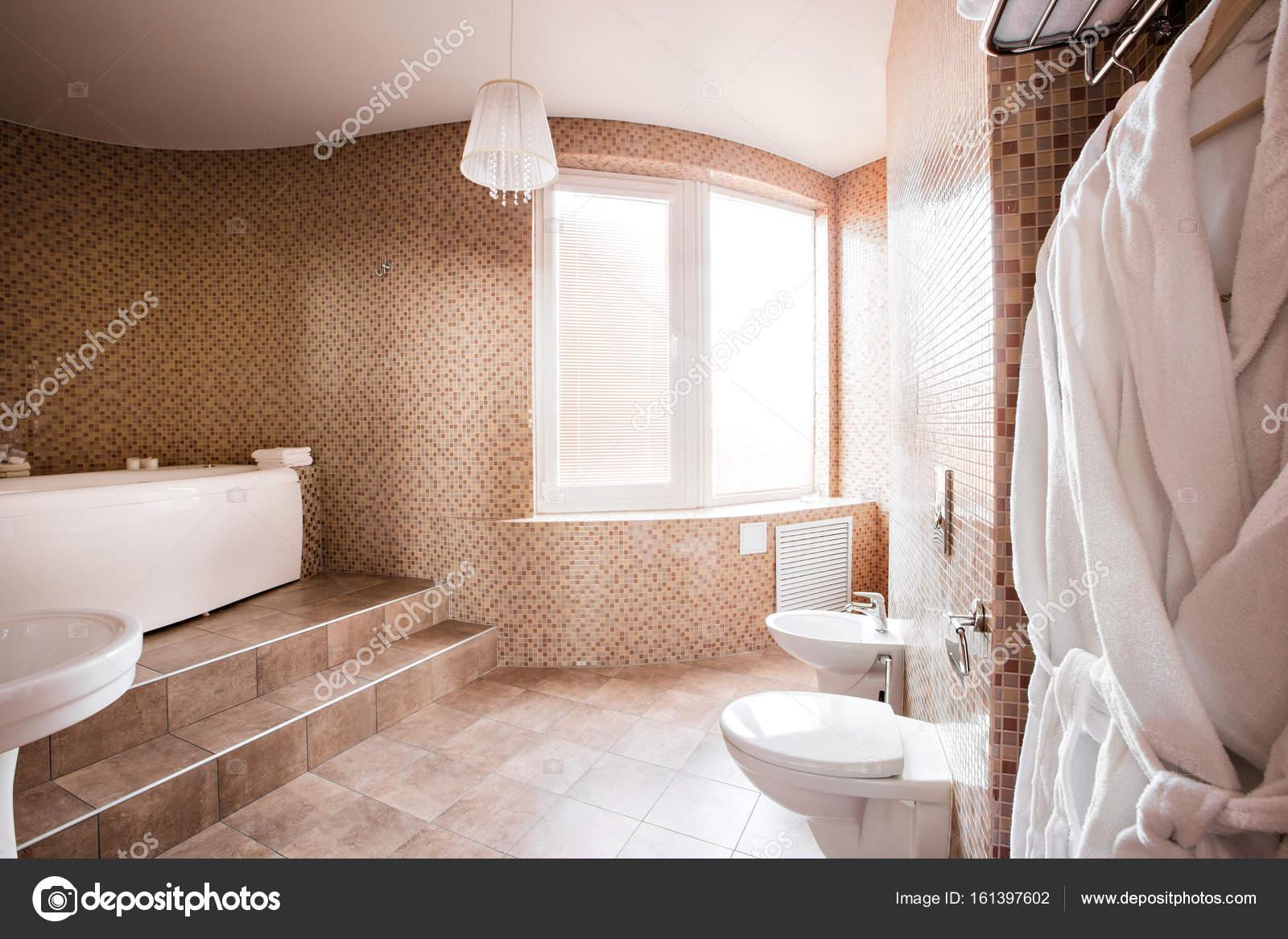 Moderne luxe badkamer met bad en venster. Interieur design ...