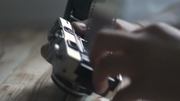 Vértes férfi kezében új film készlet. Vintage kamera. távolságmérő kamera