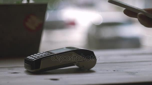 Koncept Nfc bezkontaktní platby. Provedení platby kreditní kartou a pos terminál, vytištěn šek.