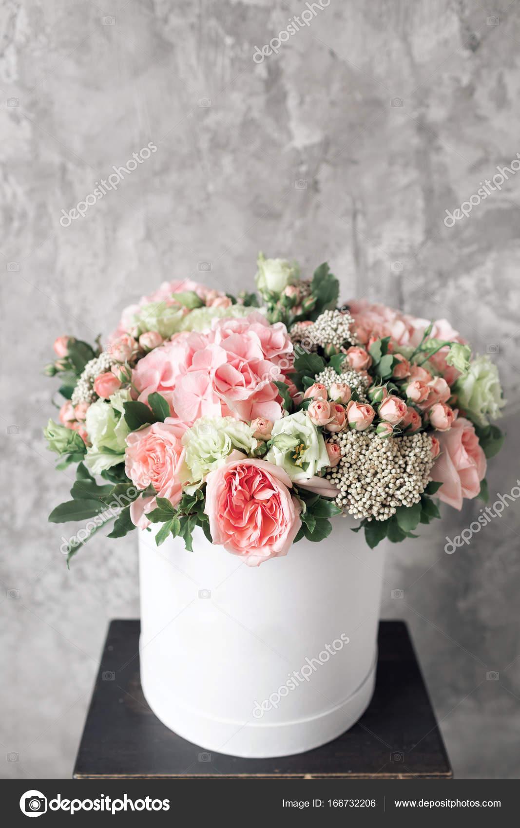 Beau Tendre Bouquet De Fleurs Dans Une Boite Blanche Sur Riere Gris