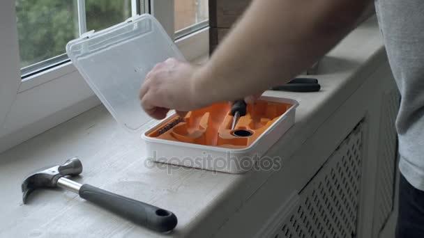 Otevřete nástroj box a nástroj kolem na dřevěný stůl parapetu. Zámečnické a Truhlářské nástroje
