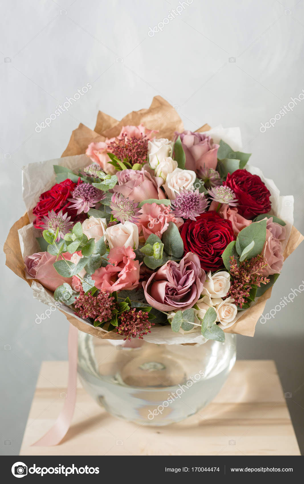 Composition de fleurs sur un fond gris mariage et festif for Bouquet de fleurs khotba