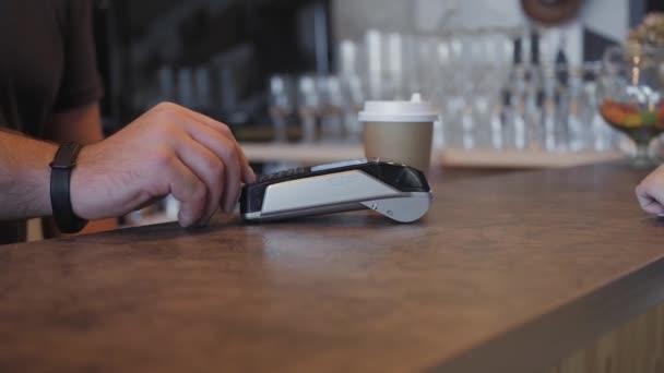 Koncept Nfc bezkontaktní platby. Provedení platby s mobilním telefonem a pos terminál, vytištěn šek.