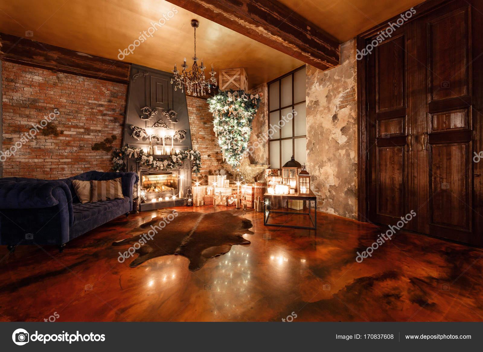 alternatieve boom ondersteboven op het plafond. Winter home decor ...