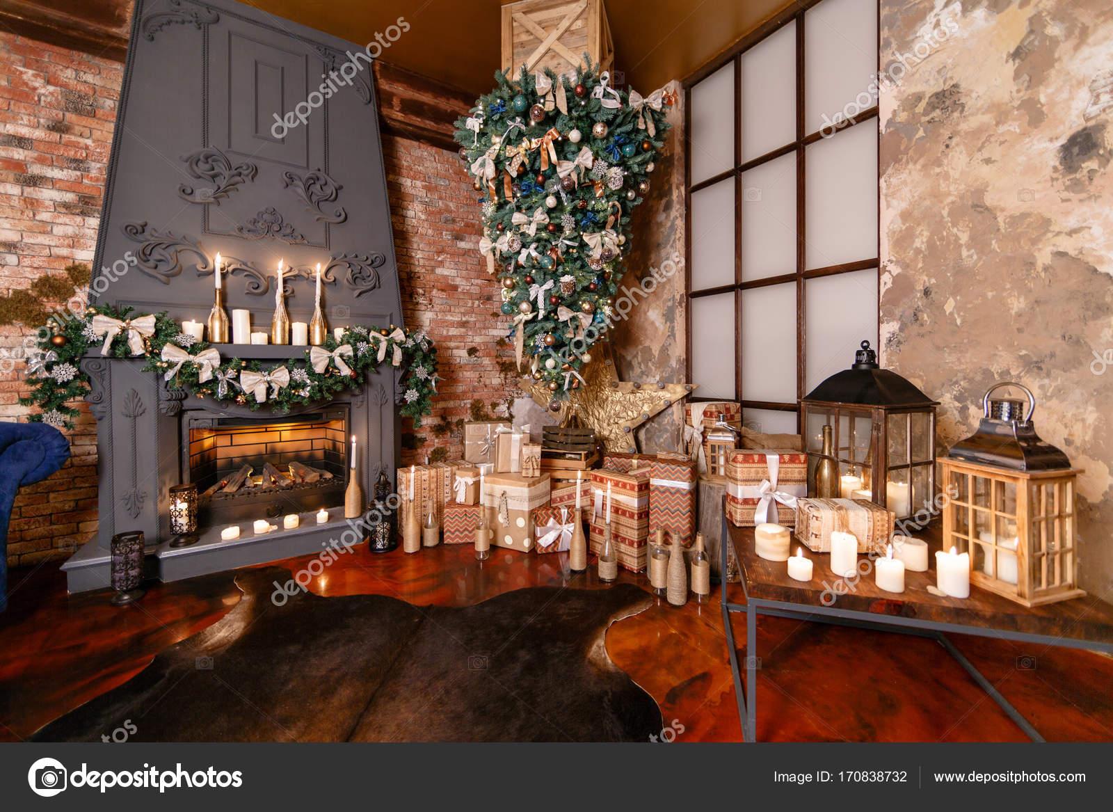 Alternative Baum kopfüber an der Decke. Winter-Wohnkultur ...