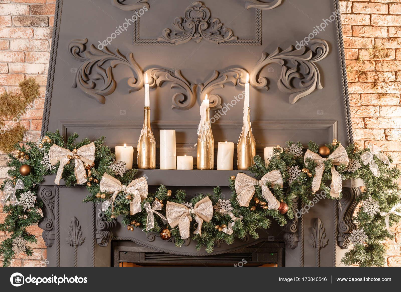 Decorazioni Natalizie Sul Camino.Ramo Di Albero Di Natale Sul Camino E Altre Decorazioni Di