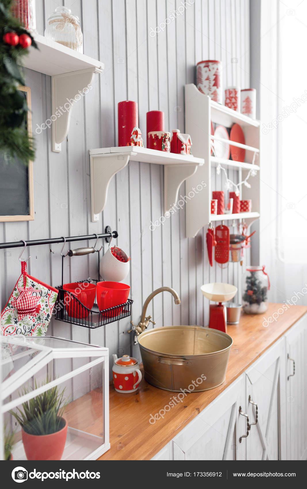 Innen Leicht Graue Küche Und Rote Weihnachts Dekor. Mittagessen Zu