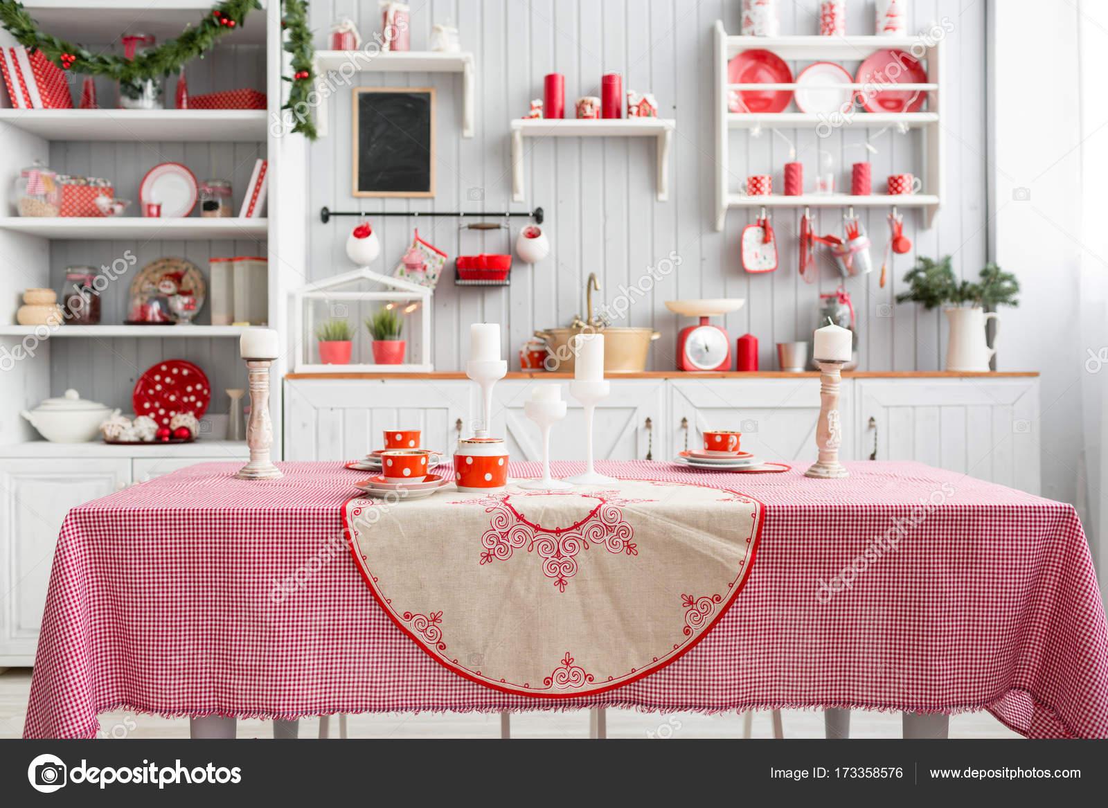 interieur licht grijze keuken en rode kerst decor voorbereiding lunch thuis op het concept van