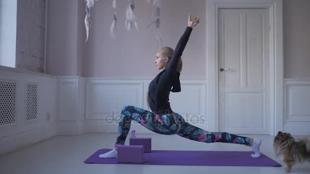 domácí fitness. Mladá žena rozcvičení před tréninkem dělat cvičení protáhnout své svaly a klouby