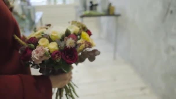 Ženské ruce krásné květinové kompozice v květinové prodejně