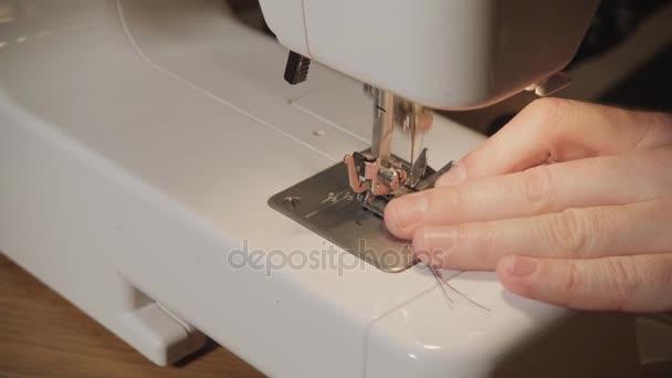 Closeup. Mladý muž pracoval jako Krejčí a pomocí šicí stroj v textilním studiu. Díky motýlky