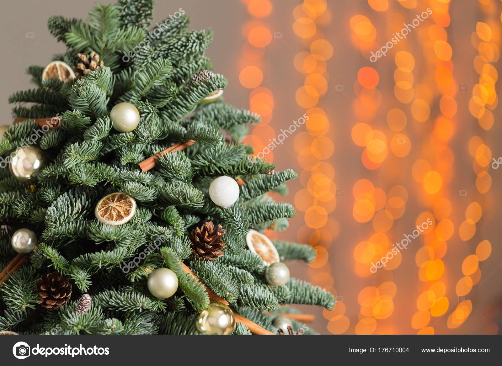 Bellissimo albero di natale su tavole di legno. preparazione per il