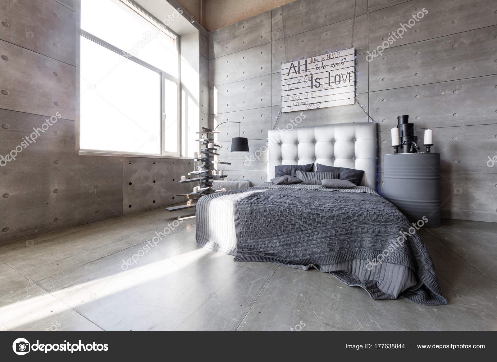Camera da letto vuota moderna in stile loft con colori grigi e fatta ...