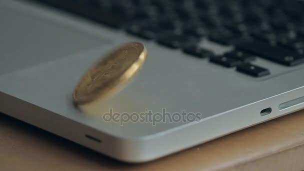alkotnia bitcoin a laptop billentyűzeten. a koncepció a kereskedelmi cryptocurrency. A gyors növekedés deviza. forognak a lassú mozgás 180