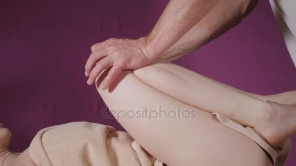 fotogalereya-muzhchina-delaet-massazh-grudi-foto-genitalii-negrov