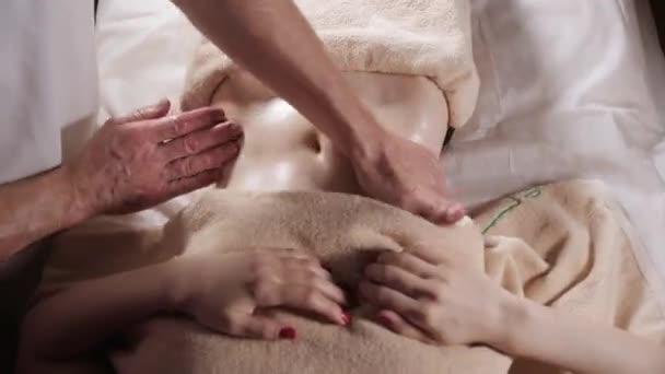 Anticelulitidní masáž břicha. Člověk ruce masážní žena. Terapeut, tlakem na břicho. Lázeňské centrum koncept