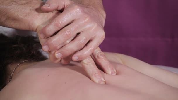 Close-up Masseur Hände tun, Wirbelsäule und Rücken-Massage, genießt entspannte Patienten. zurückhaltend. Mann die Hände massieren weiblich. Spa-Center-Konzept