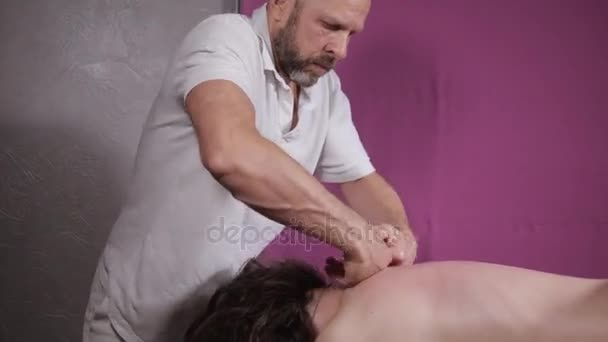Detail masér ruce dělá páteř a krk, uvolněné pacient má. nízký klíč. Člověk ruce masážní žena. Lázeňské centrum koncept