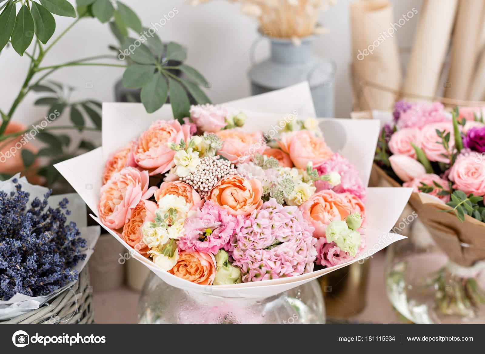 Nur Wenige Schöne Luxus Bouquet Gemischten Blumen Auf Rosa Tisch