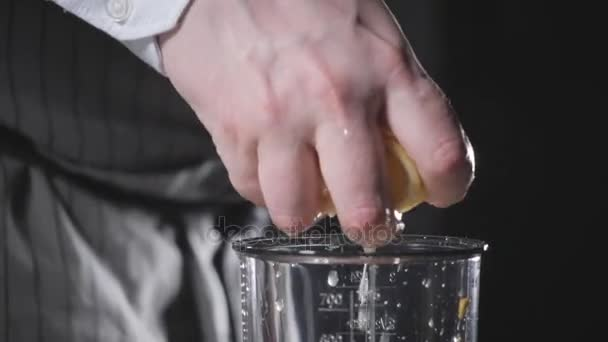 vymačkejte šťávu z citronu. Porazil domácí majonéza s olivovým olejem. Smíchejte ingredience na omáčku. Šéfkuchař používá mixéru