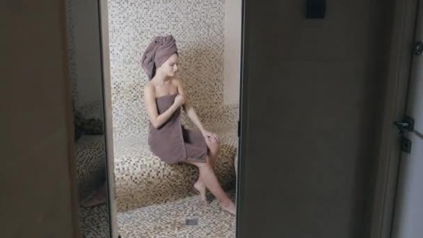 Donna attraente che si distende in un hammam bagno turco con