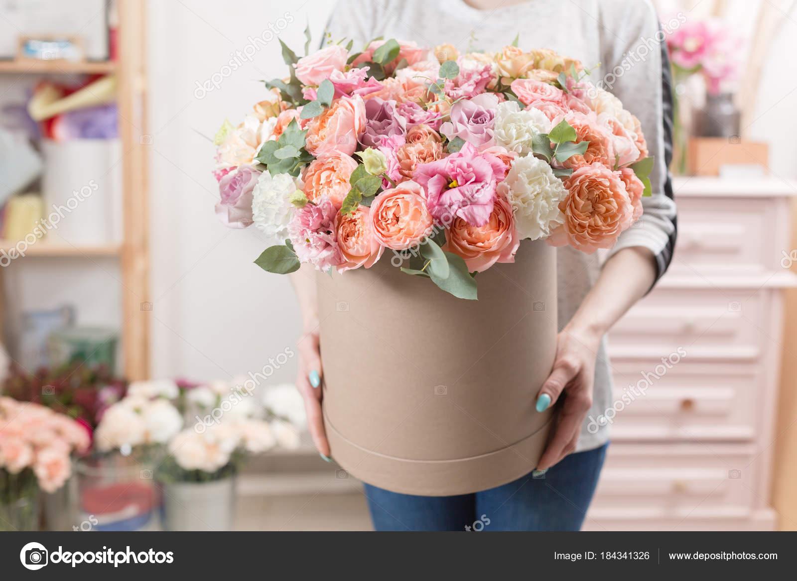 Bouquet de luxe belle de fleurs mixtes dans la main de la for Bouquet de fleurs 94